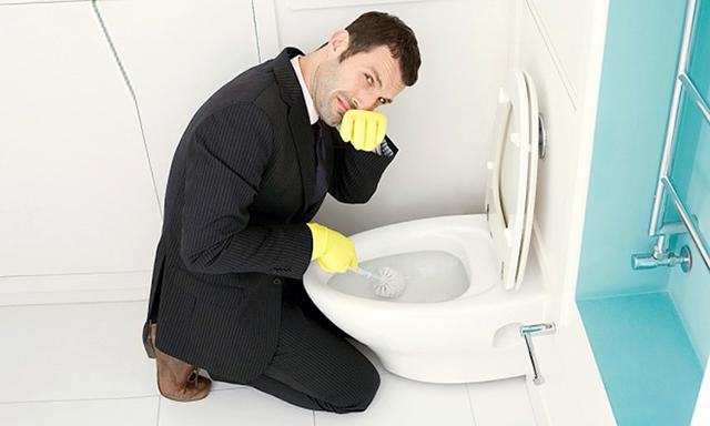 Cách thông bồn cầu tại nhà bằng dung dịch tẩy rửa cho trường hợp nhẹ