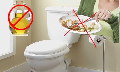 Không nên đổ thức ăn thừa vào bồn cầu để tránh mùi nhà vệ sinh nhé
