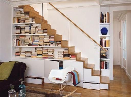 Trang trí gầm cầu thang nhà ống bằng tủ trưng bày, kệ sách