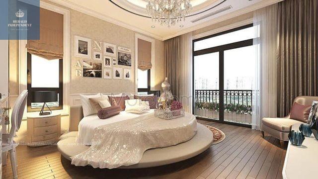 Cửa sổ lớn và nhỏ xung quanh giường trong phòng ngủ