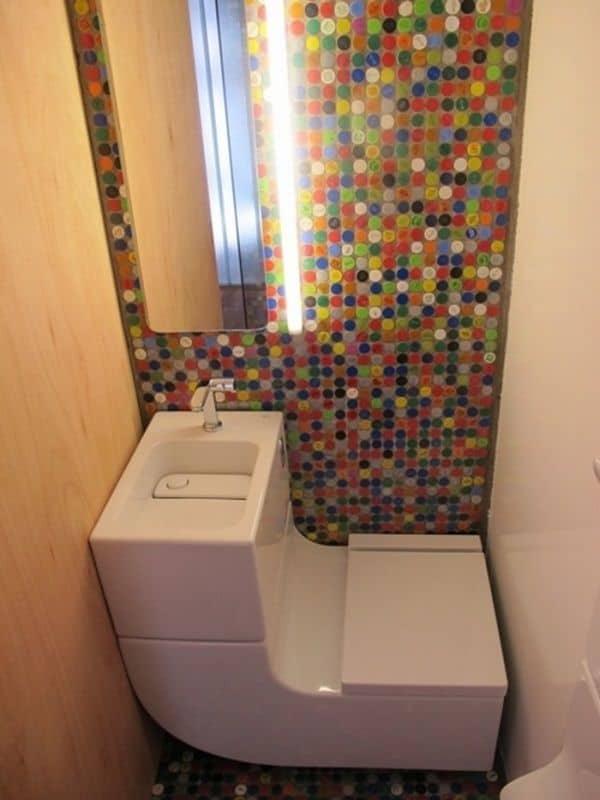 Sử dụng bồn rửa kết hợp với toilet cho nhà vệ sinh dưới gầm cầu thang đẹp