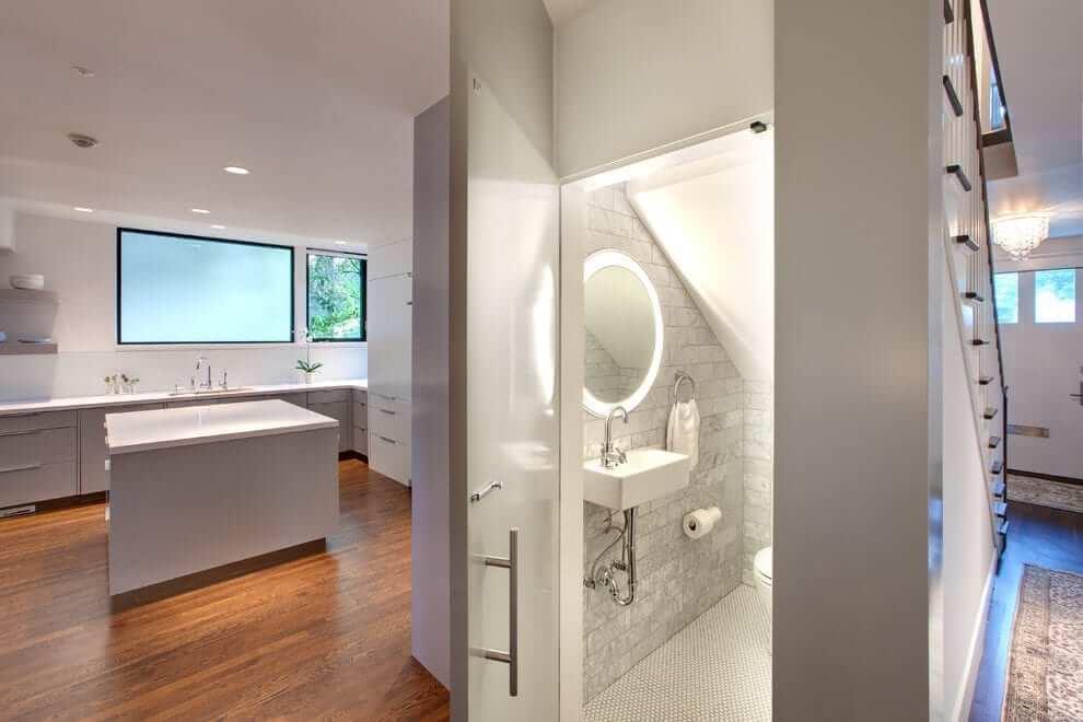 Sử dụng bồn rửa treo tường cho nhà vệ sinh dưới gầm cầu thang đẹp