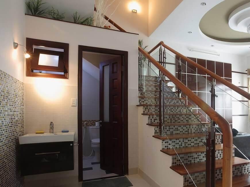 Sử dụng gương tích hợp tính năng lưu trữ cho nhà vệ dưới gầm cầu thang đẹp