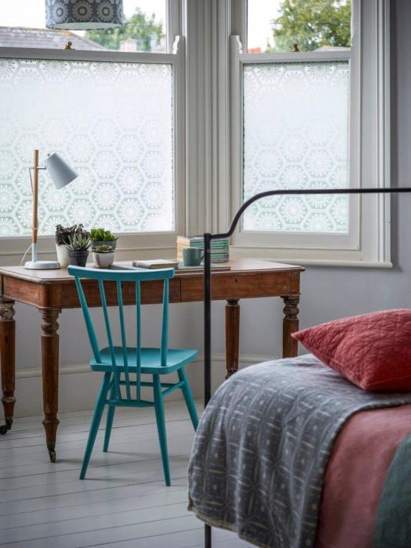Tăng sự riêng tư cho phòng ngủ với cửa sổ kính mờ có hoa văn