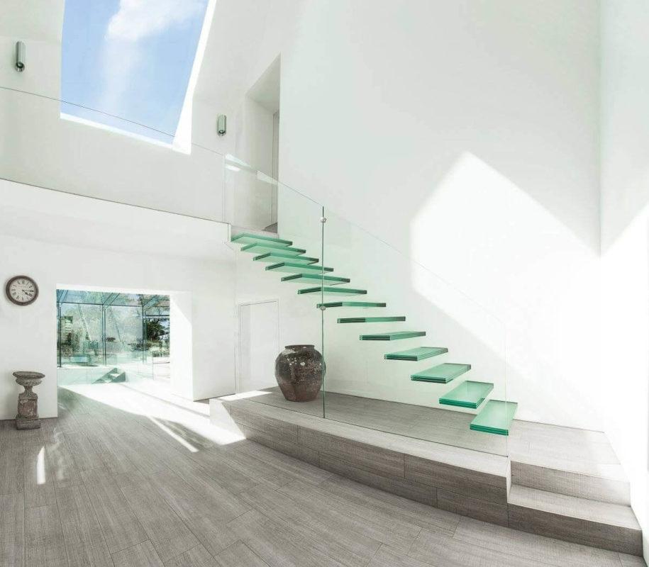 Ý tưởng thiết kế kích thước cửa sổ cầu thang đẹp