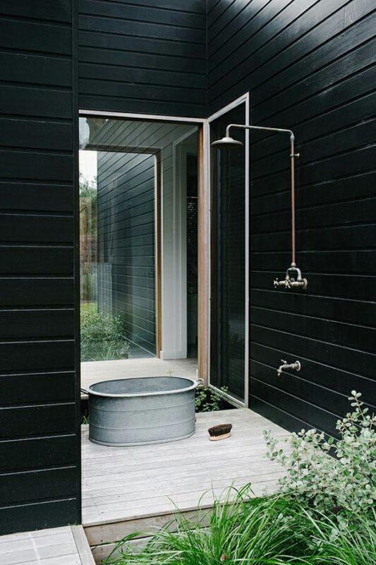 Nhà vệ sinh ngoài trời khác biệt với tông đen
