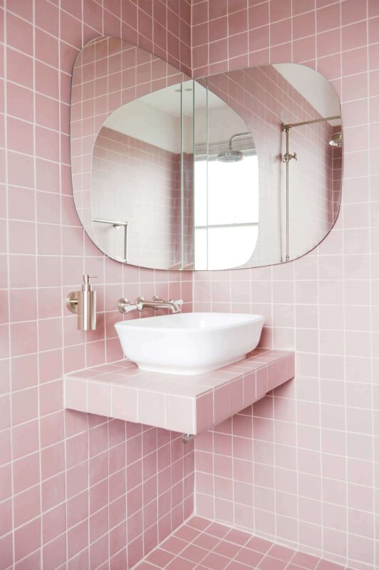 Nhà vẹ sinh đẹp màu hồng