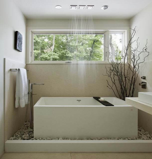 nhà vệ sinh với cửa sổ nhỏ