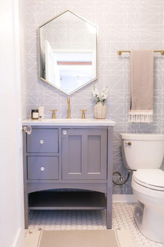 Trang trí nhà vệ sinh bằng giấy dán tường màu nhạt