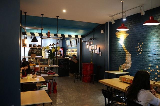 Chao bóng chiếu sáng bàn cafe