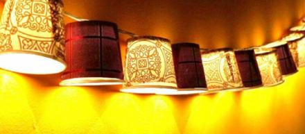 Sử dụng cốc giấy kết nối với dây bóng đèn